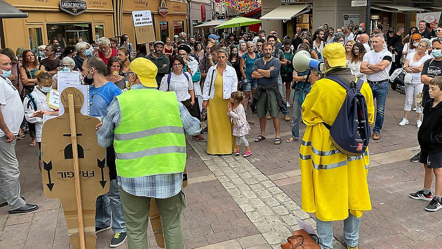 """Une prise de parole libre était proposée avant et à l'issue de la manifestation. Les """"gilets jaunes"""" étaient à la baguette."""