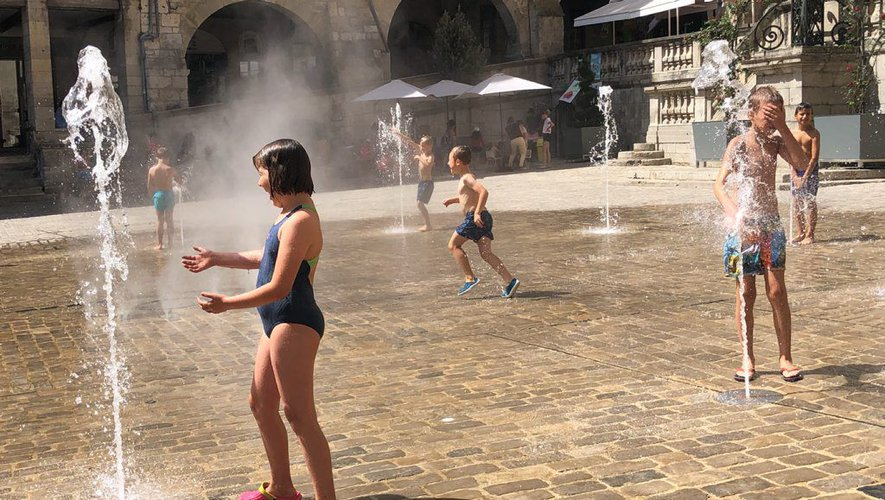 Les jets d'eau de la place Notre-Dame font le bonheur des enfants pendant l'été et les fortes chaleurs.