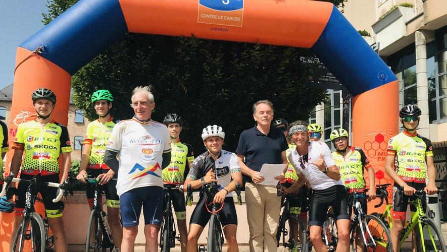 Briac, Fabrice  et les jeunes du Vélo club  posent pour la postérité aux côtés de François Arnal et de Christian Teyssèdre.