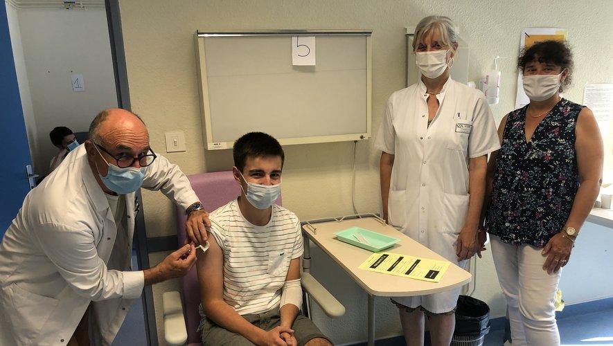 Sous le regard de Christine Courderc, responsable du centre de vaccination de Decazeville et de Christine Pradayrol, responsable des ressources humaines de l'hôpital, le médecin pratique une première injection dans le bras de Gauthier, 15 ans, légèrement blessé par un accident de mobylette./Photo MCB.