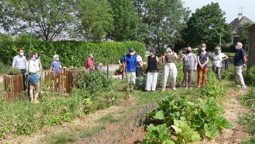 Toute l'équipe dans les jardins partagés.