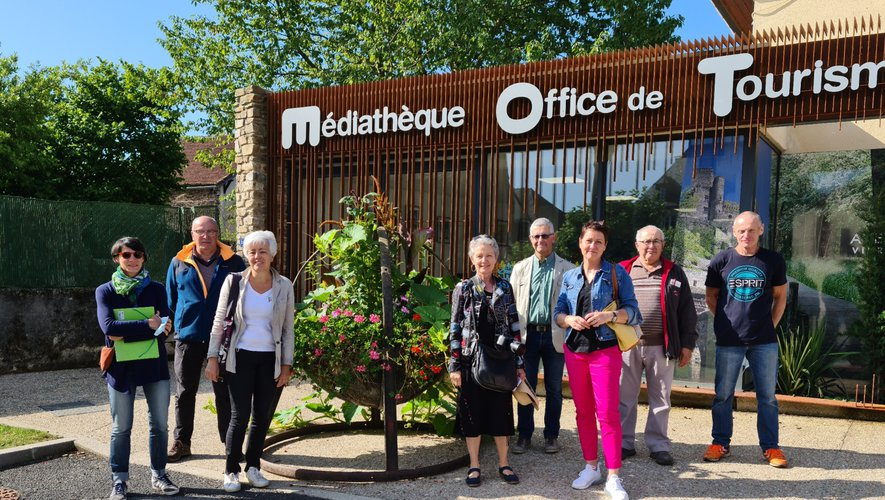 Le jury des villes et villages fleuris accompagnés des élus et de Michel Couderc.
