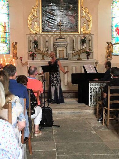 Le duo Largueza dans le chœur fraichement restauré de l'église de Mondalazac.