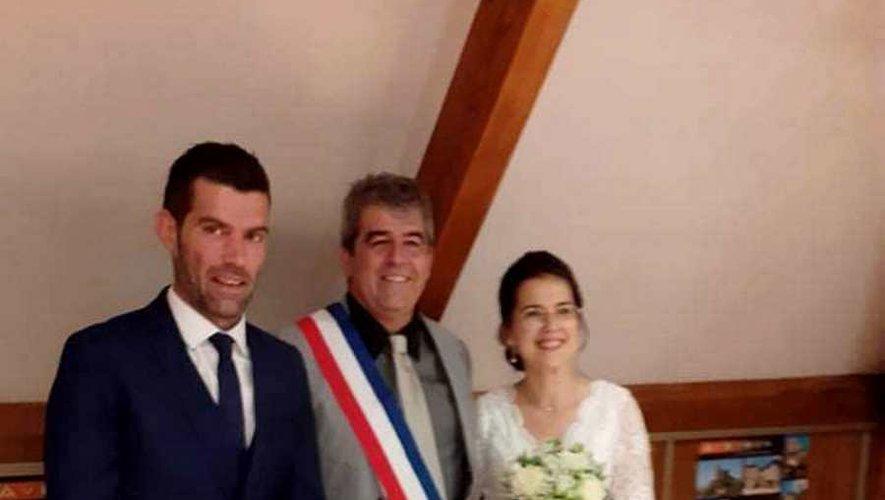 Les mariés Pauline et Gaylord Voisenet et le maire Christian Naudan