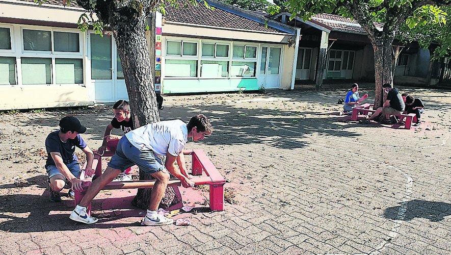En début de semaine, les jeunes ont travaillé à l'embellissement de l'école Robert-Fabre au Tricot./ Photo C. I.