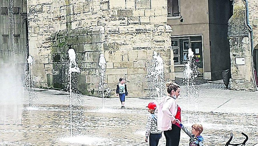 À la vue des essais de fonctionnement des jets d'eau, les enfants n'ont pas pu résister à s'approcher./ Photo C. I.
