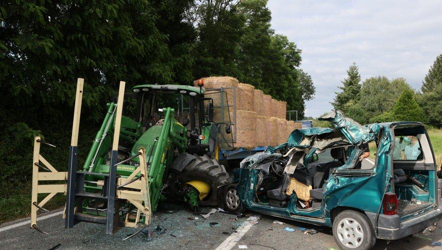 C'est contre l'une des roues du tracteur que la voiture s'est encastrée, évitant de justesse les fourches à l'avant.