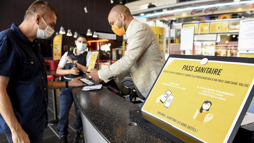 Des cinémas contournent le pass sanitaire, en offrant des séances à jauge réduite, ou proposent des tests sur place, pour tenter d'enrayer la dégringolade de la fréquentation.