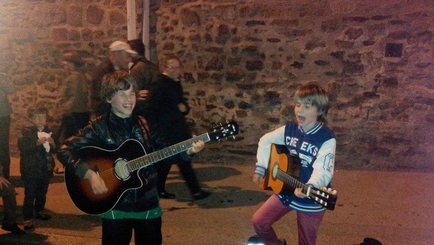 Rockeurs en herbe : Victor  et Mathis, 8 et 9 ans, lors de la Fête  de la musique à Rodez.