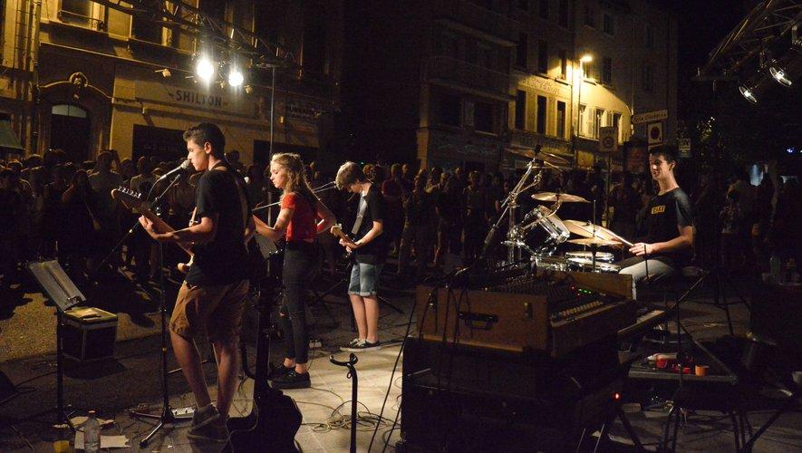 2019, Fête de la musique à Rodez :  Taxi a pris ses habitudes au pied  de la cathédrale, rue Frayssinous.  Et le public est au rendez-vous.