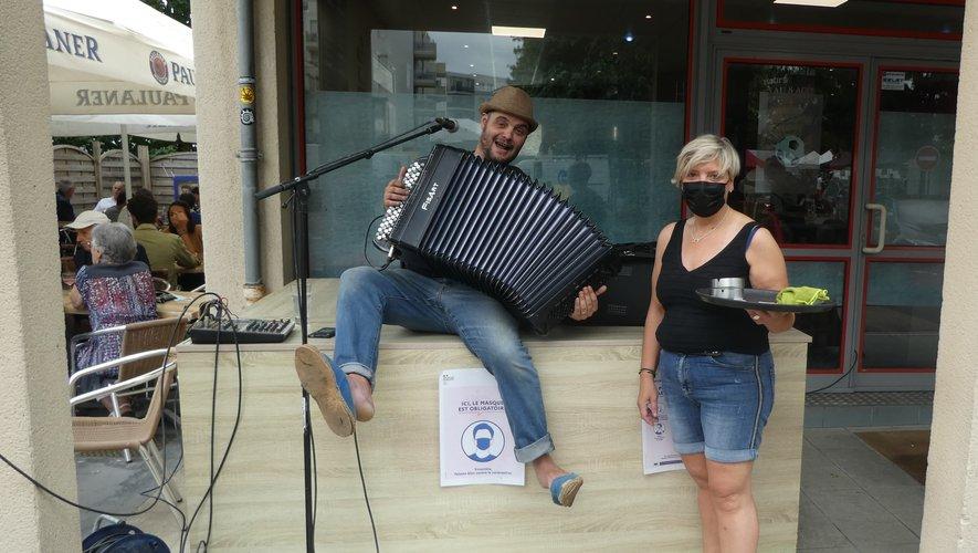 Sébastien à l'accordéon aux côtés de Laurence Bru.