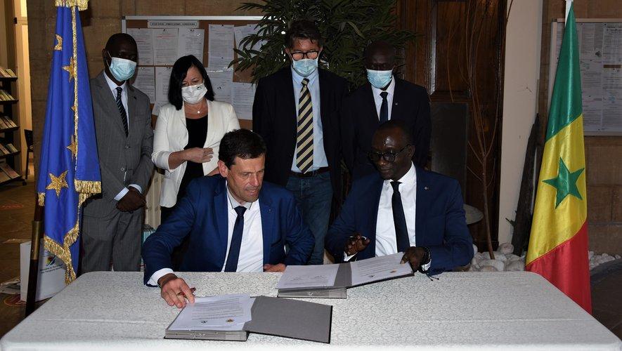 L'acte de partenariat a été paraphé par le maire Éric Picard et son Excellence  El Haddi Magatte Seye.
