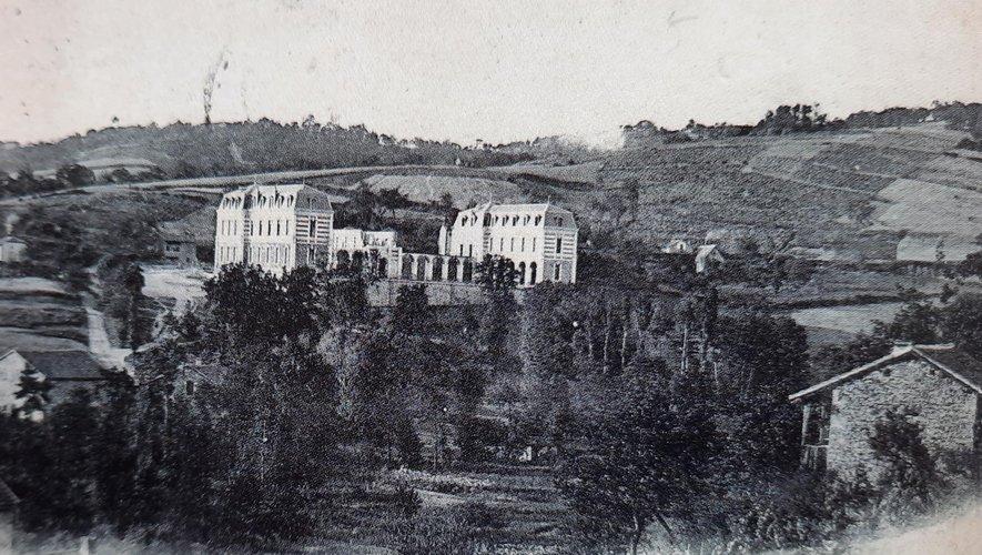 Cliché pris au début du XXe siècle. À la place des arbres, au premier plan, a été construit le gymnase du lycée.