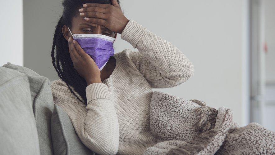 """Le service de santé public britannique (NHS) a indiqué que les oxymètres de pouls pouvaient donner des """"lectures trompeuses"""" pour les patients à la peau foncée."""