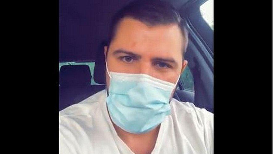 La réaction de l'ambulancier après le refus de la clinique d'examiner une personne non pourvue d'un pass sanitaire.