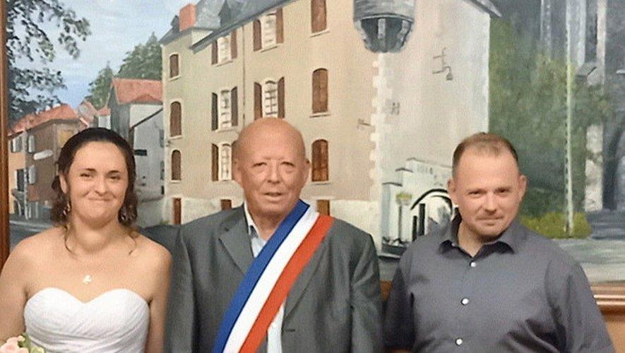 Michel Dissac ceint de l'écharpe tricolore a marié son fils.