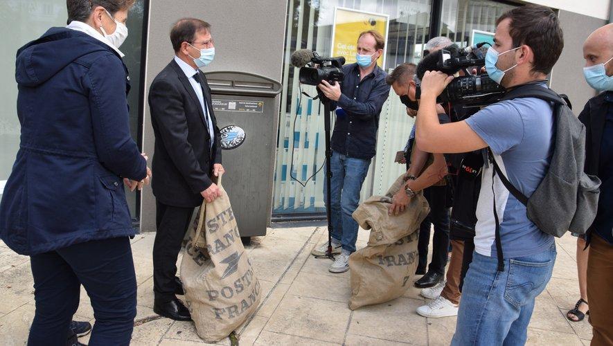 Jean-Philippe Kéroslian et son équipe ont porté deux sacs postaux, place des Artistes.