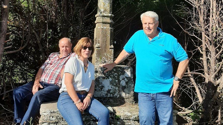 La belle croix en pierre du Viala sort des feuillages