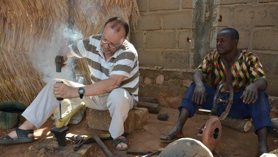 """Pascal Jullian ne se contente pas d'être le président-fondateur de l'association """"Je m'allie au Mali"""". Il est aussi à pied d'œuvre sur le terrain, ici avec Moussa.DR"""