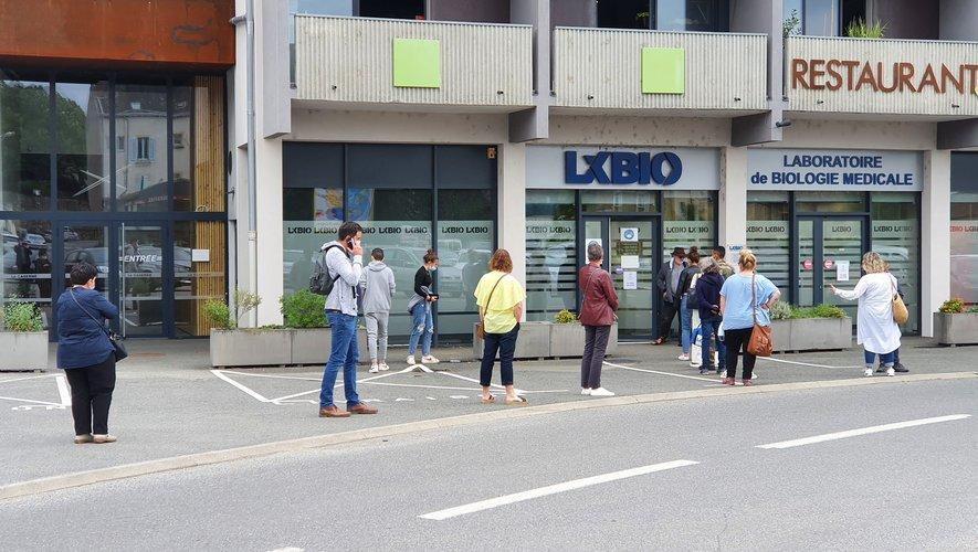 La longueur de la file d'attente devant le laboratoire de la place Fontanges à Villefranche-de-Rouergue trahit par elle-même la forte demande.