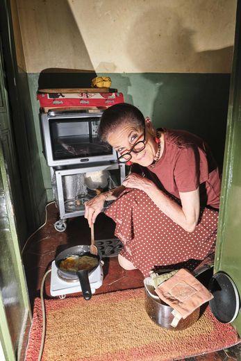 Nathalie George dans sa cuisine.