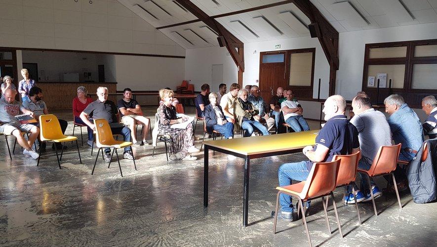 La réunion se déroulait à la salle des fêtes de Bertholène.