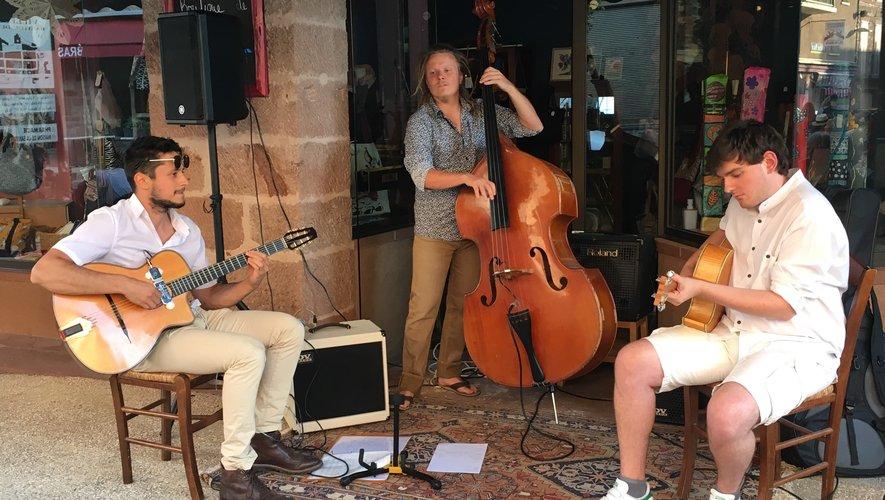 Deux guitaristes, un contrebassiste pour le plaisir de tous.