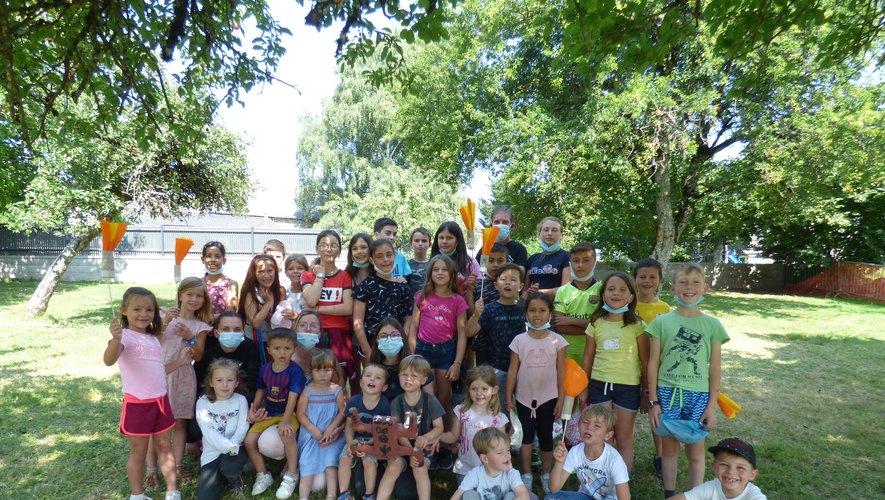 le groupe d'enfants avec les moniteurs dans le parc de la salle.