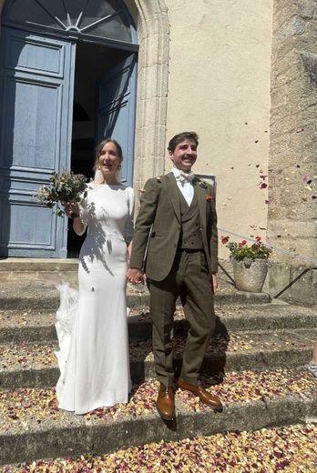 Les jeunes époux radieux  à la sortie de l'église.