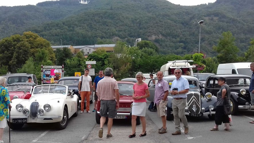 Expo de voitures anciennes aux Mardis d'Entraygues.