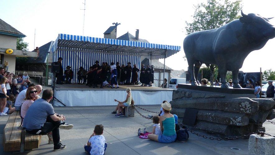 Place du taureau le public assiste aux danses folkloriques