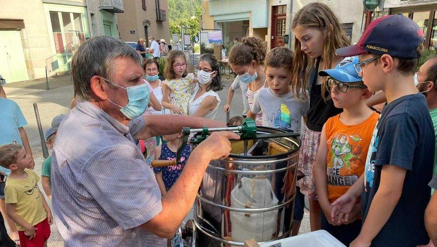 Démonstration de l'extraction du miel aux enfants.
