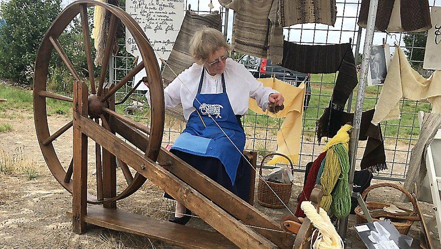Il faut attendre le Xe siècle pour avoir le rouet. À l'époque de Léonard de Vinci, le rouet à pédale fait tourner le fuseau. L'ajout de la bobine permet de simultanément tordre et enrouler. Ce principe est encore utilisé dans l'industrie.