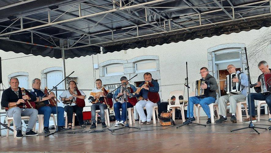 C'est le groupe Ati me car qui clôturait la saison avec cabrettes et accordéons : des airs d'ici mais aussi d'ailleurs.