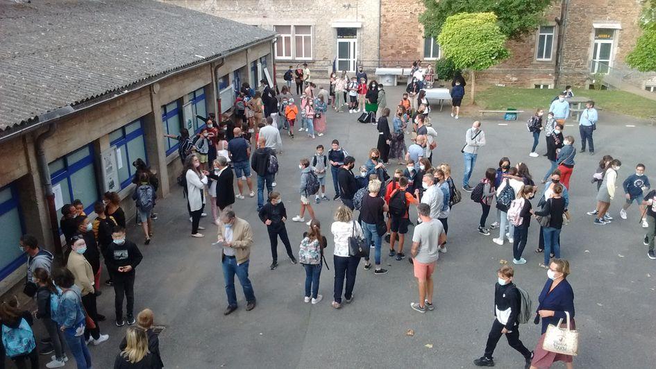 Viennoiseries, café et jus de fruits en libre service dans la cour de récréation de l'école Saint-Jo : c'est ce qui attendait les élèves et leurs parents ce jeudi matin pour la rentrée des classes.