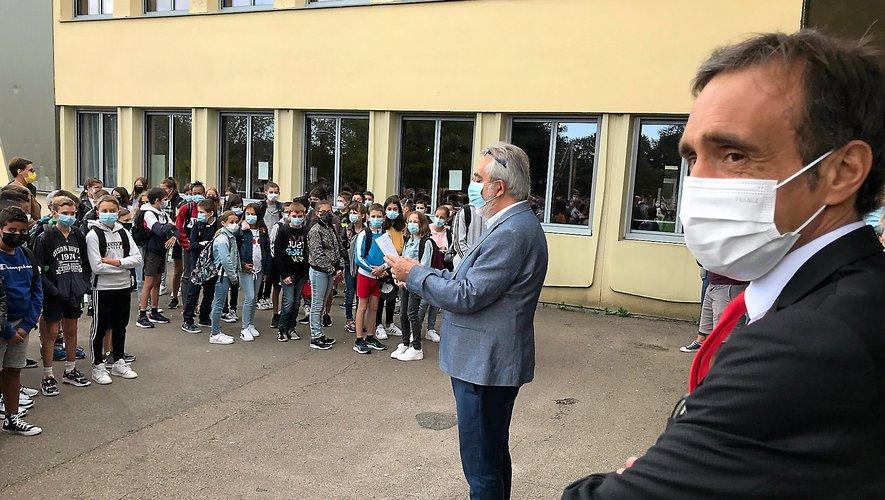 Arnaud Viala assistant à la rentrée des sixièmes du collège Jean-Amans de Pont-de-Salars, jeudi matin.  Il sera ce vendredi au collège Jean-Moulin de Rodez et à celui de Cassagnes-Bégonhès.