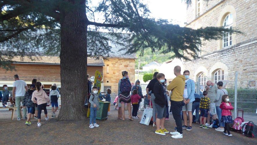 Parents et enfants attendent l'heure de la rentrée  à Saint -Hilarian.