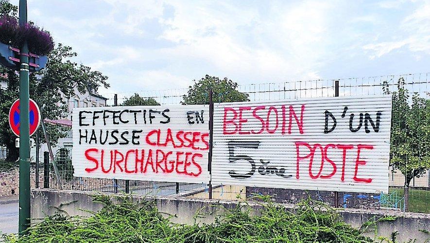 Les parents d'élèves se mobilisent, ils ont planté de grands panneaux devant l'école Jean-Lafon de La Fouillade.  DR.