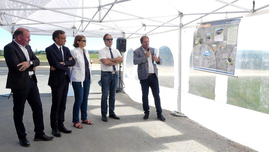 Autour d'Arnaud Viala, les élus se sont fait expliquer, à l'heure de l'inauguration, la finalité des travaux par la Direction départementale des routes.