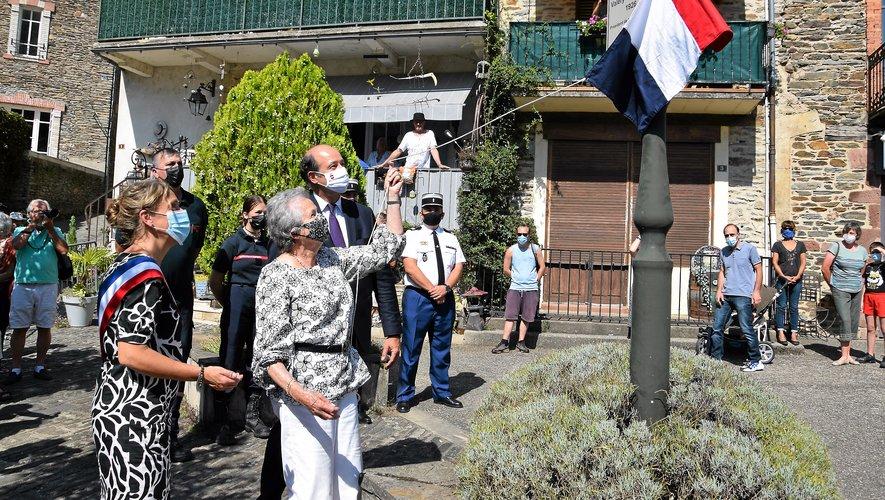 L'épouse de l'ancien président et son fils Louis ont dévoilé la nouvelle plaque, aux côtés de la maire, Nathalie Couseran.