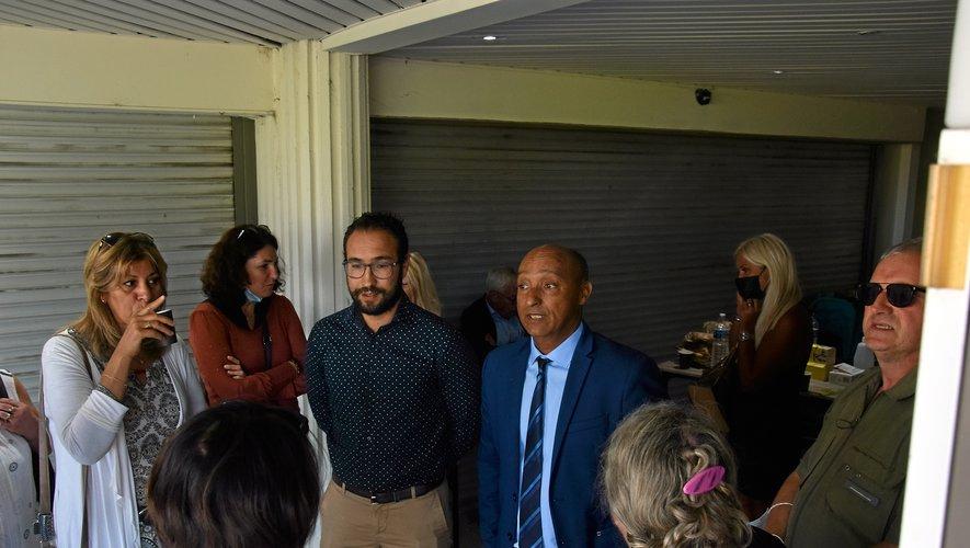 Nabil M'Zouri (au centre, chemise) avait réuni ses salariés et des habitants du quartier, hier matin.