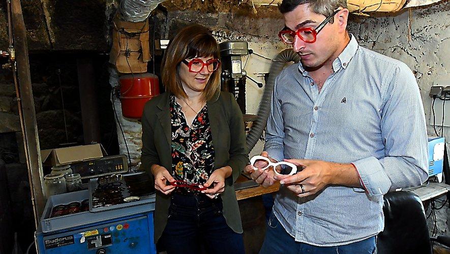 Murielle et Samuel alias le Coq et l'Abeille dans leur atelier à Laguiole.