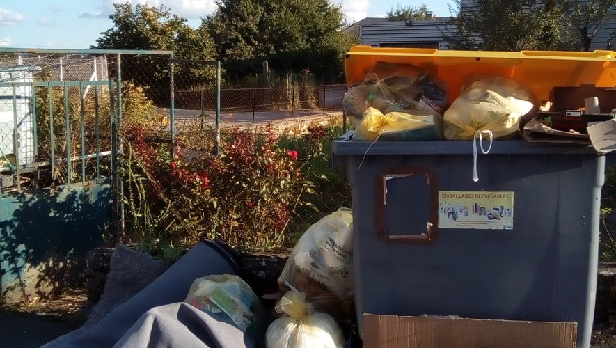 Les déchets s'amoncellent au pied  des conteneurs à l'angle de la rue de la Forge.
