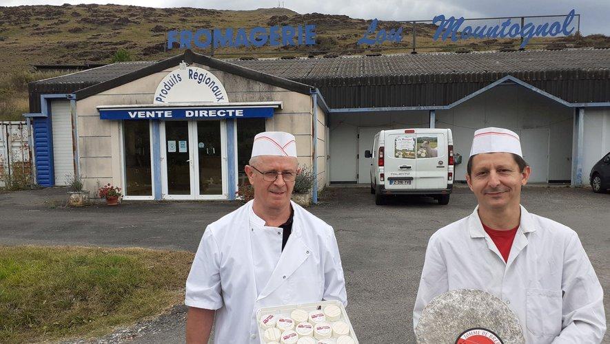 Lionel Pegues et Fabien Malbert devant la fromagerie Lou Mountognol, fabrication et vente directe au pied du Puy de Wolf à Firmi.