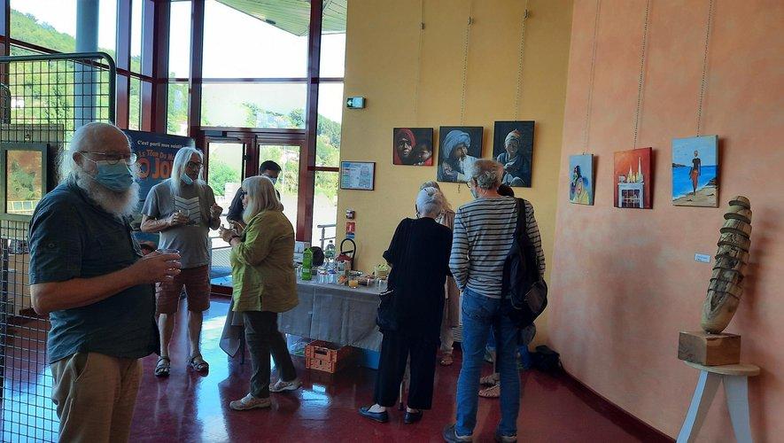 Une petite réception entre artistes et organisateurs.