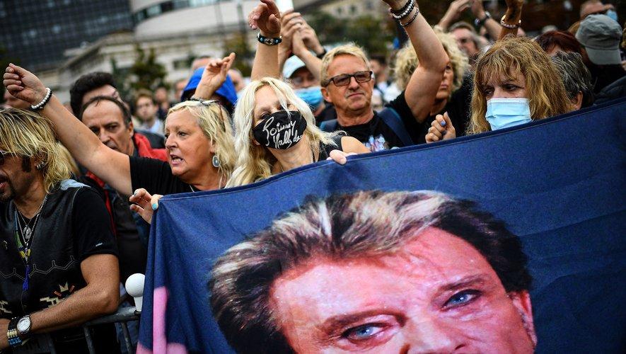 La journée d'hommage à Johnny Hallyday a démarré mardi matin à Paris, entre deux averses, quatre ans après la disparition du chanteur.