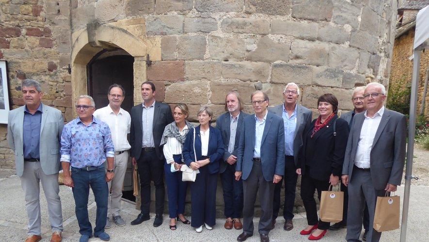 Le maire Bernard Scheuer, entouré des diverses personnalités.