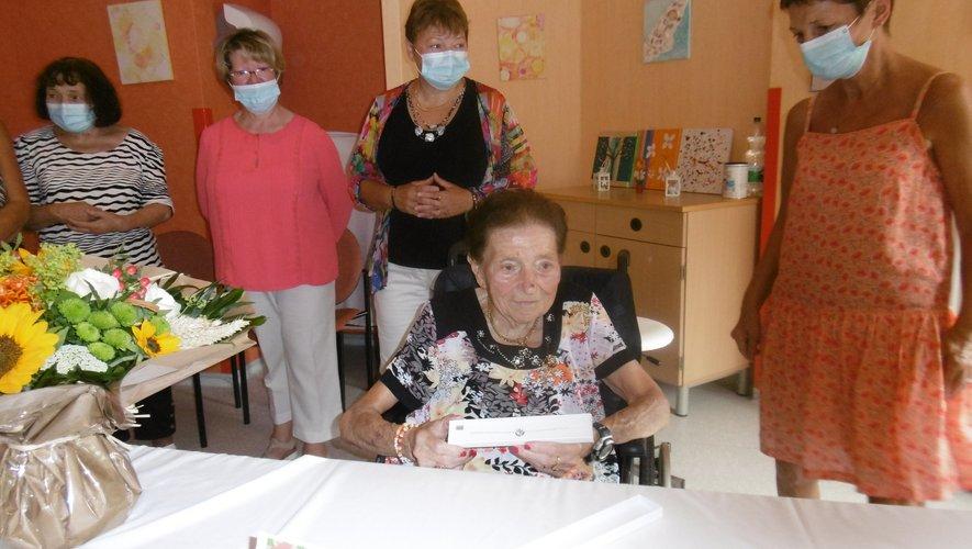 Agnès Delmur, née Rouquet, entourée de ses filles./DR