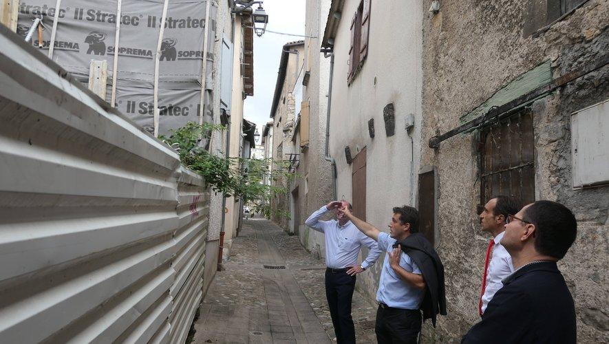 Le président du Département (en cravate rouge) a fait un tour des travaux et projets en centre-ville.      Photo DR.