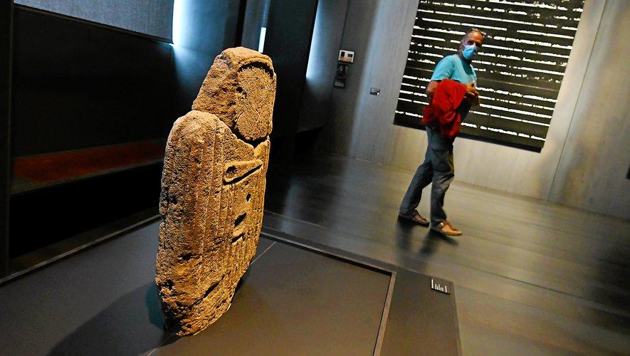 La statue menhir de la Verrière a rejoint le musée Soulages pour dialoguer avec les outrenoirs.